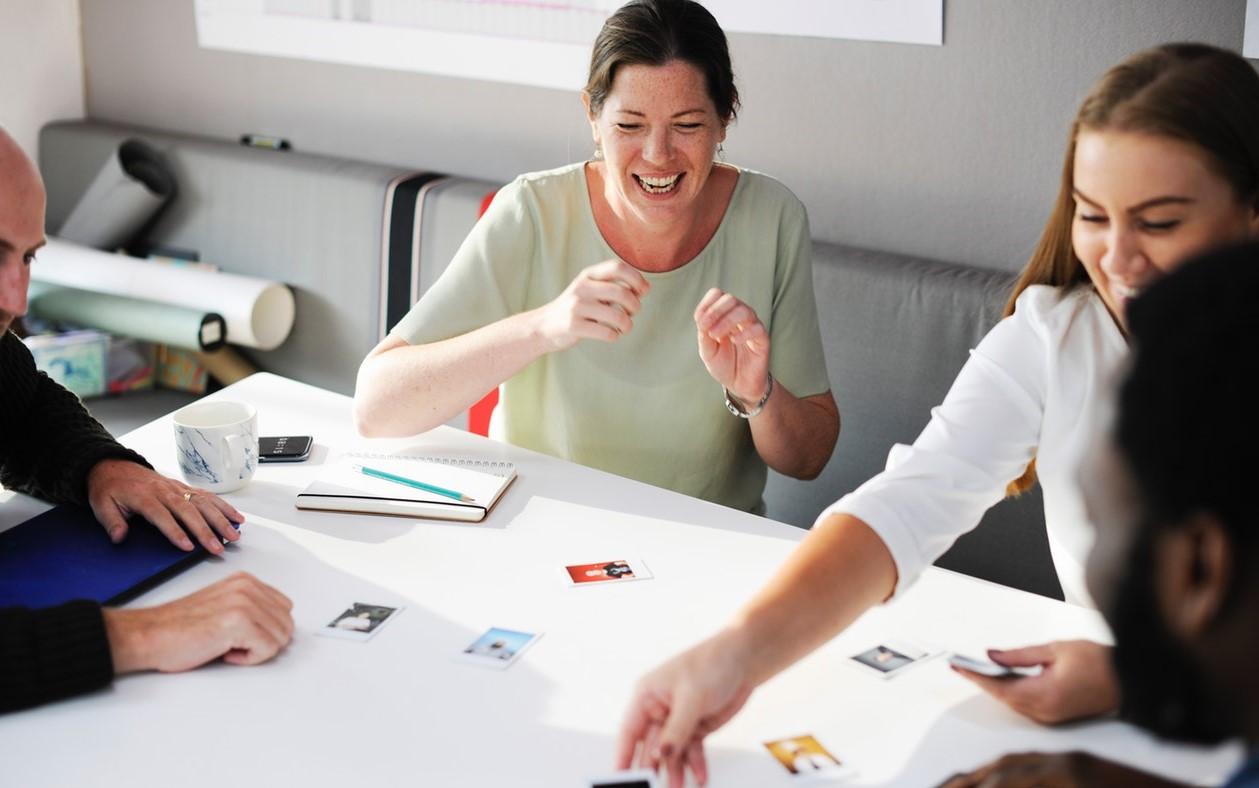 Clases grupales en una oficina