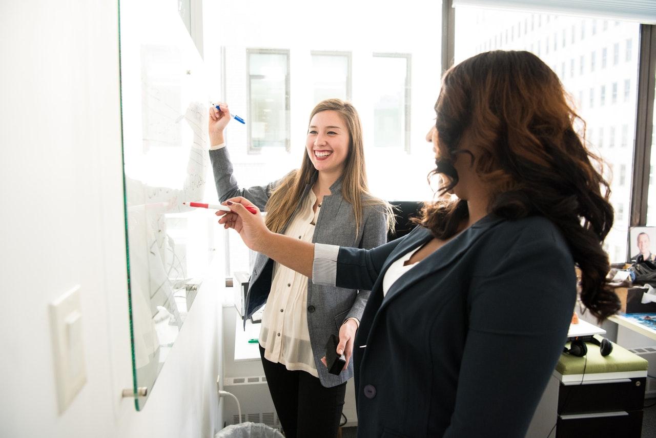 Profesora impartiendo clases en una oficina